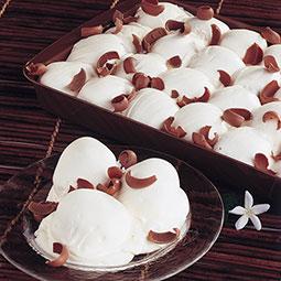 Profiteroles rellenos de chocolate, envueltos en crema a la vainilla Bindi