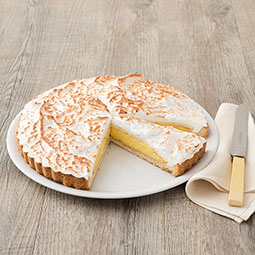Tarta de crema al limón recubierta de merengue flambeado sobre basa de pasta quebrada Bindi