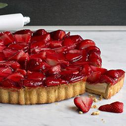 Tarta de fresas rellena de crema y nata fresca