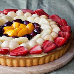 Tarta de fruta de temporada rellena de crema y nata fresca