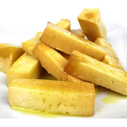 Trozos de queso de oveja añejo en aceite